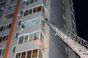 У Дніпрі герой-коханець поліз до дівчини на 16-й поверх по газовій трубі: з'їхалися рятувальники, кадри