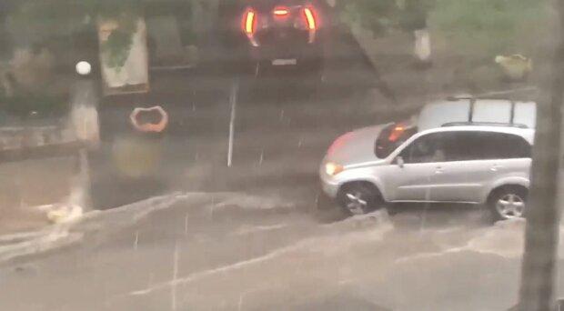 Киев снова затопило: вода лилась не только в подъезды, а и в квартиры (ВИДЕО)
