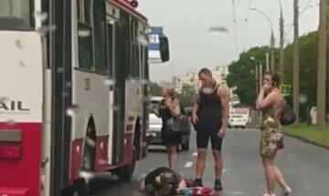 У Харкові жінка кинулася під тролейбус: відео з місця