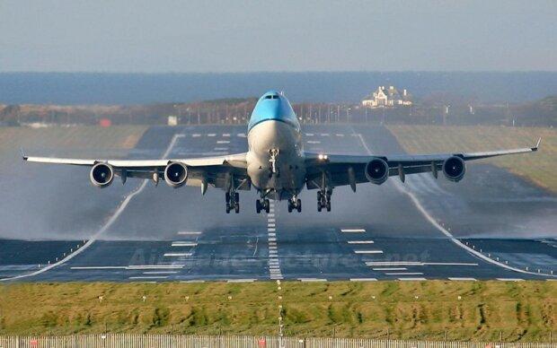 Срочно: в аэропорту популярного курорта экстренно посадили самолет, первые подробности