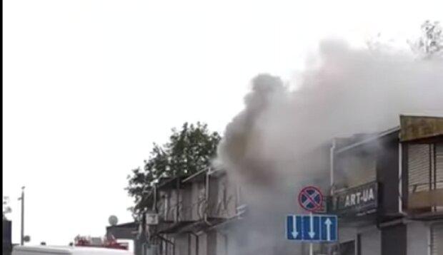 """Пожежа спалахнула на ринку """"7 кілометр"""" в Одесі, дим видно здалеку: відео НП"""