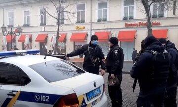 """В Киеве у женщины украли крупную сумму денег прямо возле банкомата: """"выхватил из рук и..."""""""