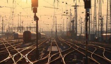 Пьяный мужчина заблокировал все поезда в Одесской области: кадры происходящего
