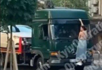 У Києві героїня парковки залізла на евакуатор, рятуючи своє авто: відео