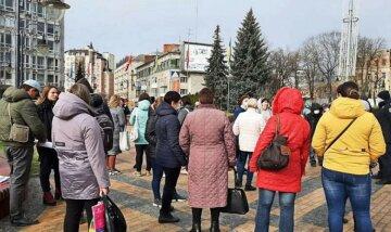 """""""Чому все працює, а школи закриті?"""": українці повстали проти дистанційного навчання, кадри протесту"""