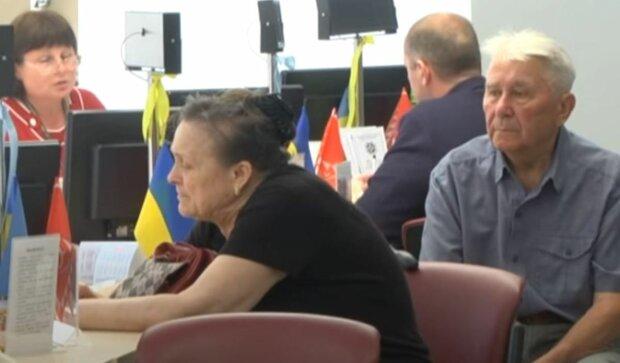 Выплатят 10 пенсий за раз, украинских пенсионеров порадовали новшеством: детали закона