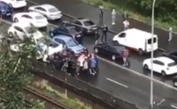 Разгневанная толпа перекрыла мост-метро в Киеве, проехать невозможно: кадры бунта