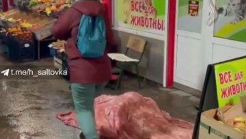 Люди безразлично проходят мимо: на харьковском рынке произошла трагедия, кадры