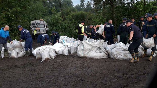 В Украине прорвало дамбу, стягивают Нацгвардию, людей срочно вывозят: какие районы под ударом