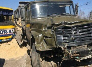 Маршрутка с людьми влетела в грузовик, много пострадавших: кадры аварии на украинской трассе