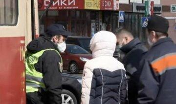 карантин, локдаун, українці в масках, пенсіонер, проїзд у транспорті, поліція