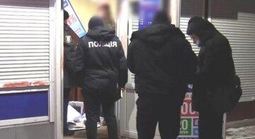 В Киеве вооруженные грабители ворвались в киоск и избили кассира: подробности с места событий