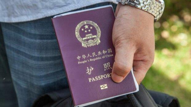 Власти Китая начали отбирать у жителей паспорта
