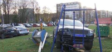 Пьяный полицейский протаранил детскую площадку: видео момента ДТП
