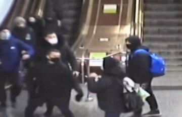 """""""Помідорний безумець"""" орудує біля метро в Харкові, фото: жителям зробили попередження"""