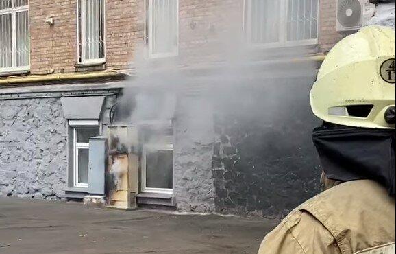 В Киеве пожар охватил здание ЗАГСа, над зданием клубы дыма: видео ЧП