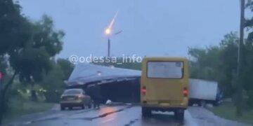 """Аварія на одеській трасі паралізувала рух, відео: """"авто направляють в об'їзд"""