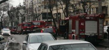У житловому будинку в центрі Одеси спалахнув під'їзд, почалася евакуація людей: кадри НП