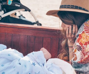 Измученная Тодоренко осталась с сыном без Топалова: «Все грязное, доедает за сыном»