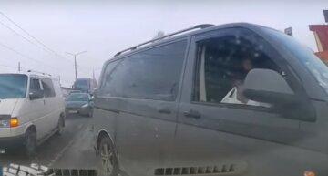 Неадекватный водитель выехал на встречку и кинул бутылку в проезжающее авто, видео: хотел объехать пробку