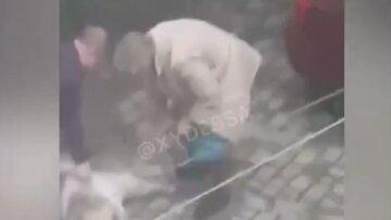 В муках и конвульсиях: в центре Одессы живодерка устроила расправу над псом на глазах у ребенка, кадры