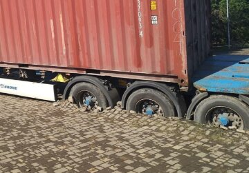 В Одесі вантажівка зарилася в тротуарну плитку: відео НП