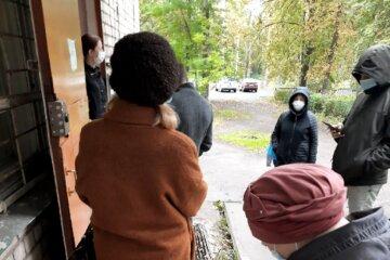 В Одесі невідомі вламуються в квартири і виставляють мешканців на вулицю: кадри того, що відбувається