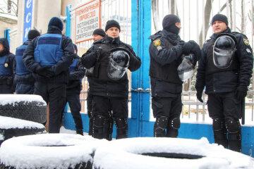 Захвачен санаторий в Одессе, палаты с пациентами штурмует «армия» в балаклавах: кадры беспредела