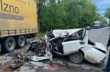 Грузовик раздавил легковушку, водитель едва избежал самосуда: фото и детали ДТП