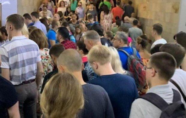 Новый график в метро Харькова привел к коллапсу: кадры столпотворения
