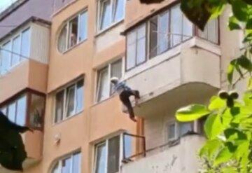 81-річна пенсіонерка випала з 5 поверху: жінка зачепилася за мотузки для сушіння білизни, кадри