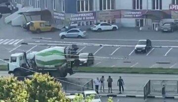 """Аварія з бетономішалкою в Харкові, кадри: """"знесла огорожу і..."""""""