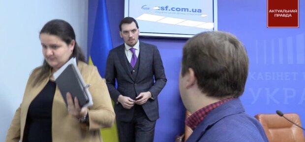 Чому Гончарук тікає від питання журналістів про міністра Милованова, який призначає на держпідприємства корупціонерів