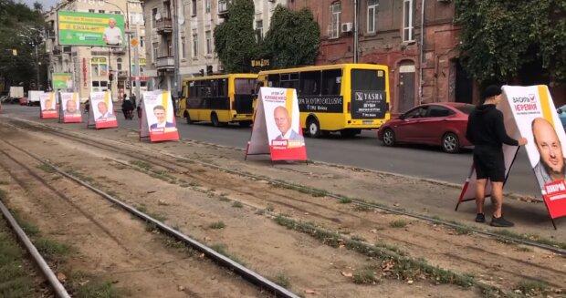 """В Одессе заставили трамвайную линию сплошной агитацией, жители в гневе: """"Воровали и будут воровать"""""""