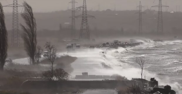 Ураган в Одесі: в мережі показали відео, як шторм трощив дамбу на лимані