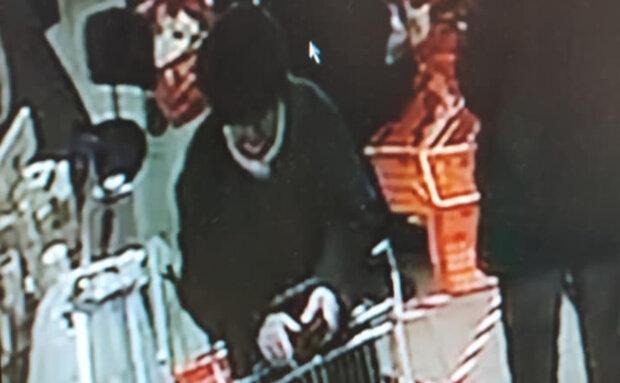 Злодійка залишила без копійки жінку прямо у дніпровському супермаркеті: фото кишенькової злодійки