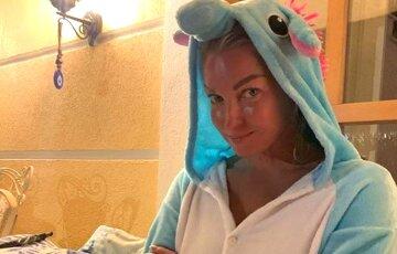 """45-річна Волочкова без штанів і комплексів застрибнула на нового коханця при гостях: """"Це щастя..."""""""
