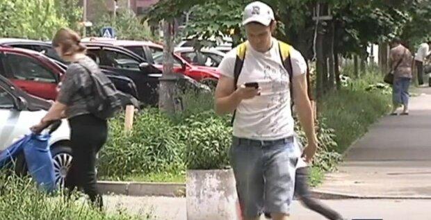 мошенники, украинцы, мужчина с телефоном, мобилка, аферисты