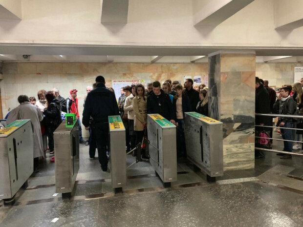 Новый сбой в киевском метро: люди не могут пройти через турникет, детали