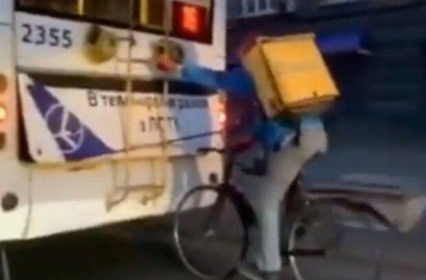 У мережі показали, як працюють кур'єри під час карантину в Києві: кадри божевілля