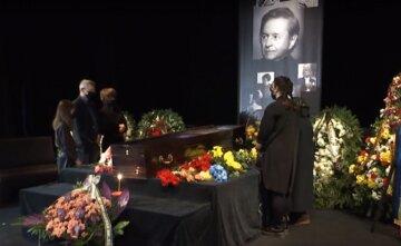 """Українці зі сльозами на очах прощаються з Романом Віктюком, відео: """"Людина жива, поки її пам'ятають"""""""