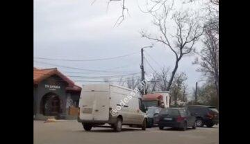 Отдыхающим перекрыли проезд на пляж в Одессе: обнародовано видео