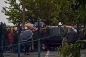 Бунт разгорелся на украинской границе, люди переворачивают машины: детали и кадры конфликта