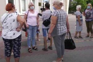 украинцы, на улице, в масках, пенсионеры, пенсионерки, пенсии