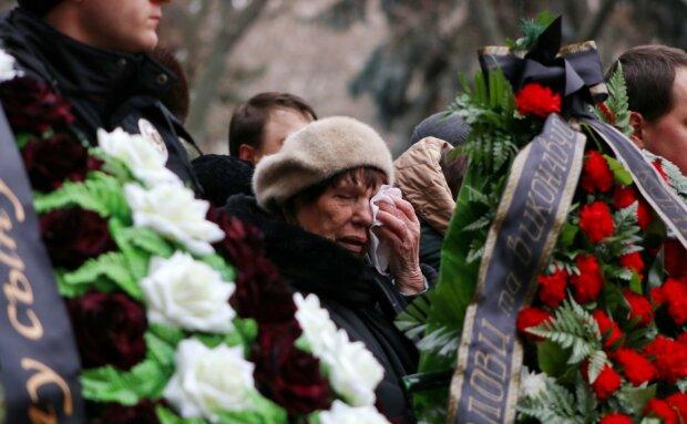 Оркестр, багато сліз і сотні людей: Одеса прощається з загиблим поліцейським