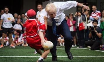 Червона шапочка і труси: голова МЗС Британії здивував нарядом (фото)