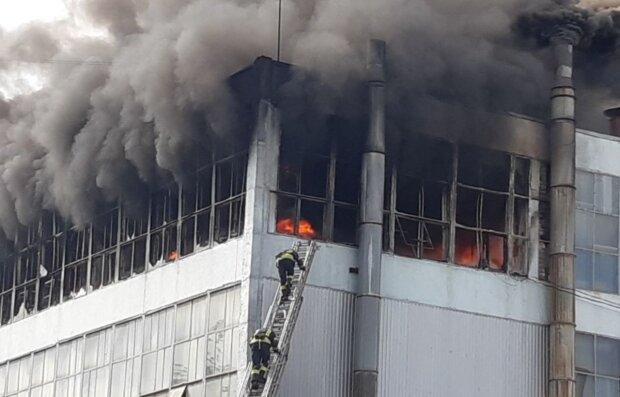 Масштабный пожар охватил известную украинскую фабрику, город заволокло едким дымом: кадры ЧП