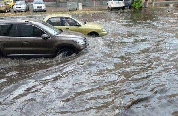 """Дніпро перетворюється на """"Венецію"""" після дощу, в мерії безглуздо виправдовуються: """"З цим не впорається жоден..."""""""