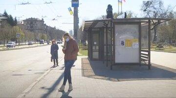 остановка, люди в масках на улице