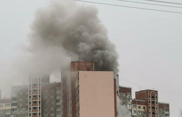 Вогонь охопив 16-поверхівку в Києві, йде масова евакуація людей: кадри НП